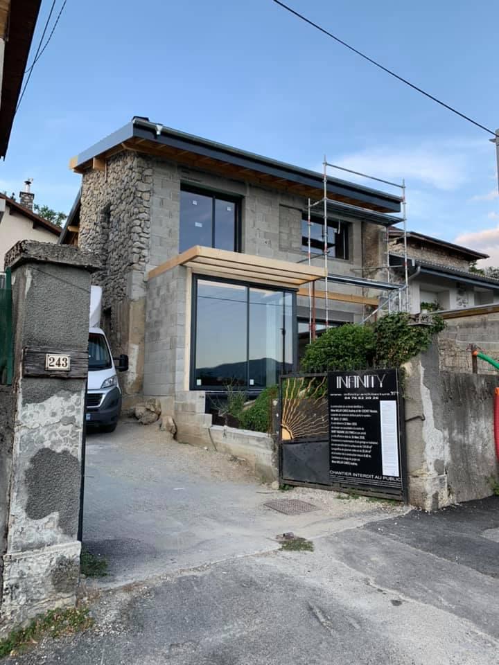 Rénovation des menuiseries (portes, fenêtres et volets) d'une maison par R'Renov à Grenoble